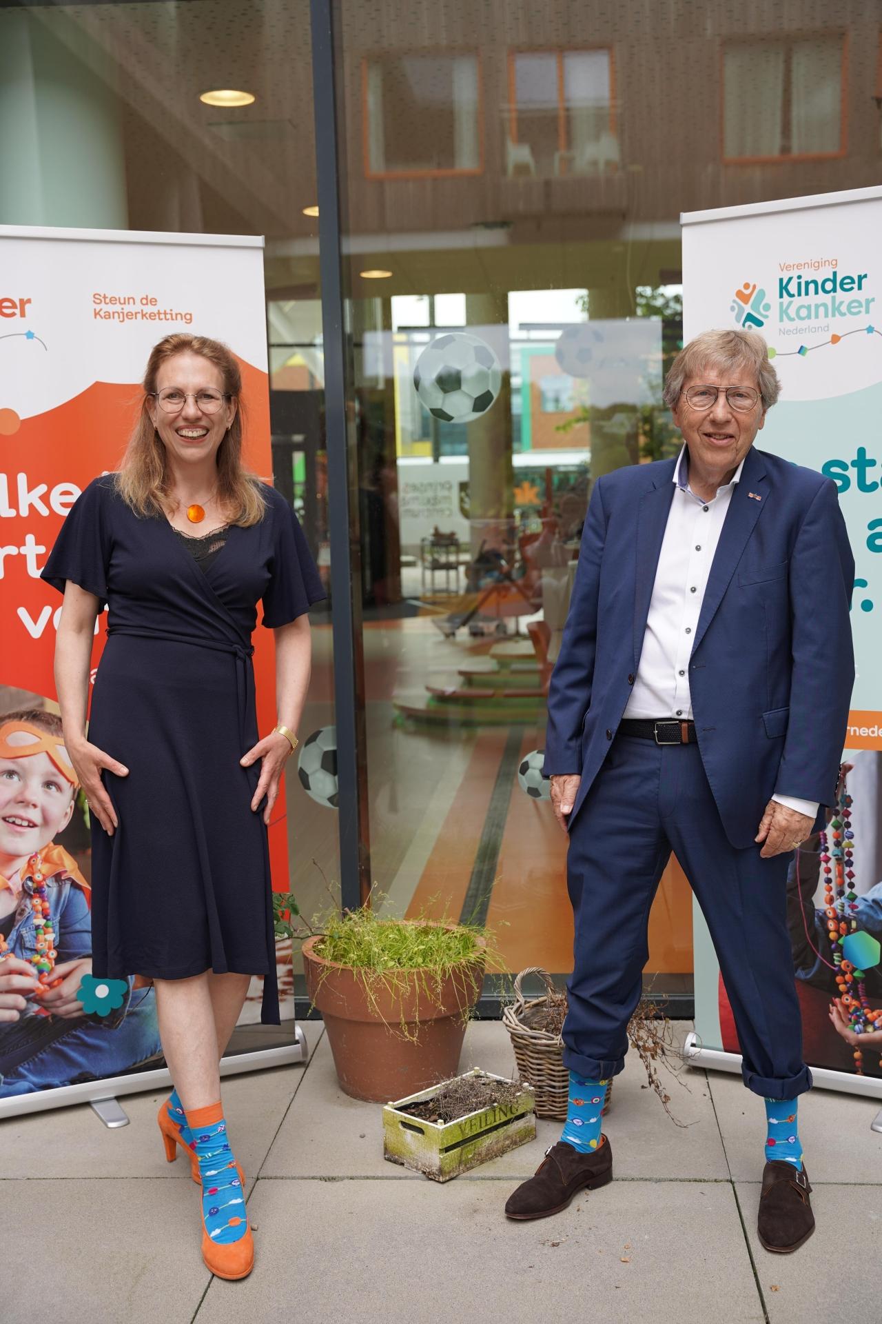 Mildred Klarenbeek en Henk de Breij met de Kanjerkettingsokken